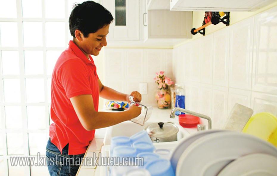 Bunda, Ada Manfaat Ajari Anak Laki-Laki Bersihkan Piring